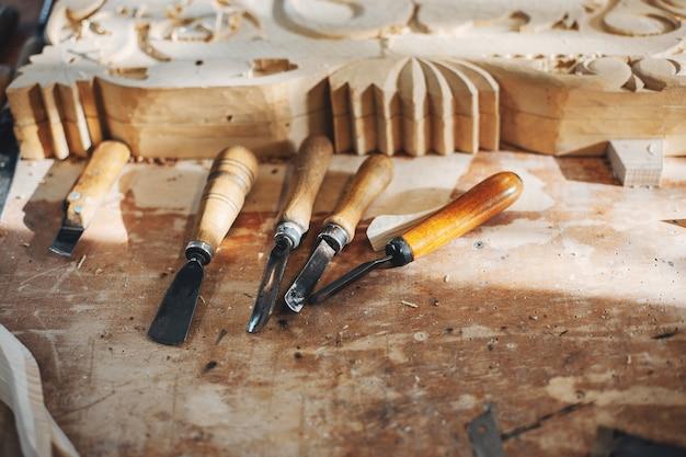 Le charpentier travaille avec un arbre Photo gratuit