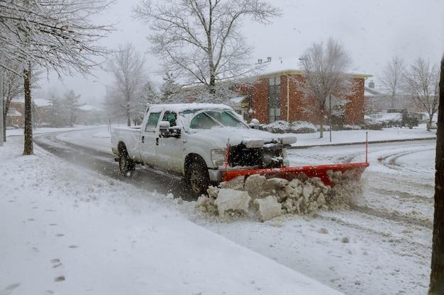 Chasse-neige déneigeant la rue. Photo Premium