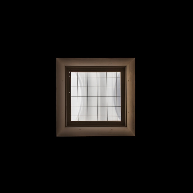 Châssis de fenêtre en bois sur fond noir Photo gratuit