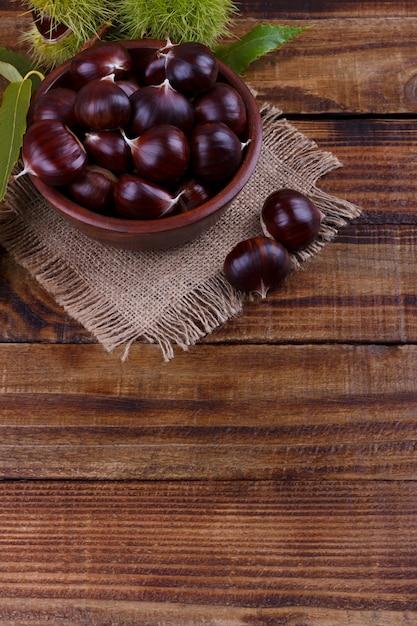 Châtaignes fraîches dans un bol Photo Premium
