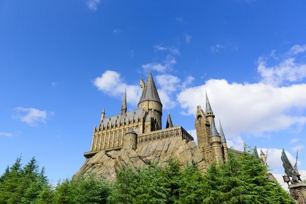 Château de conte de fées au sommet d'une colline Photo Premium