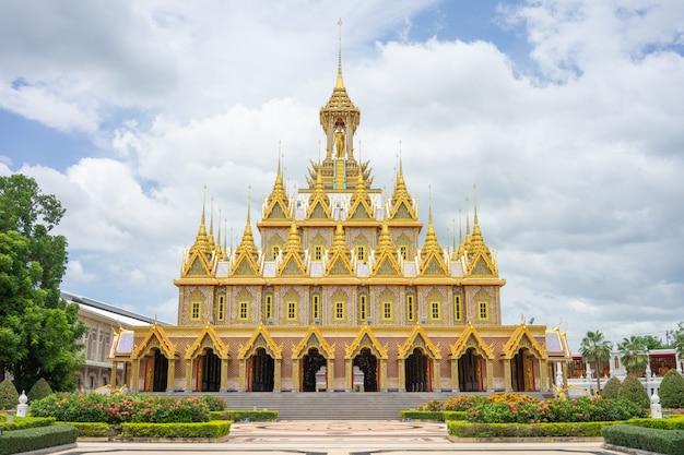 Château doré du wat chantharam (wat tha sung) uthaithani, thaïlande, un vieux temple Photo Premium