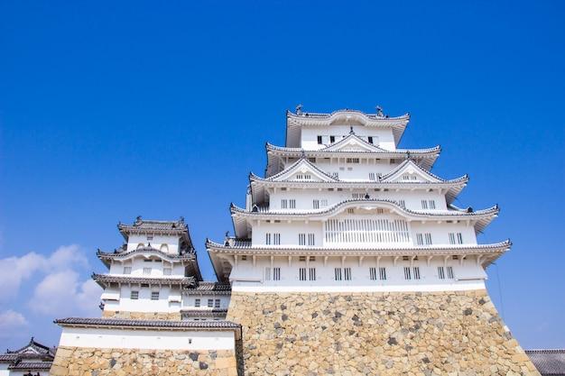 Le château de himeji à l'époque des fleurs de sakura va fleurir dans la préfecture de hyogo, au japon Photo Premium