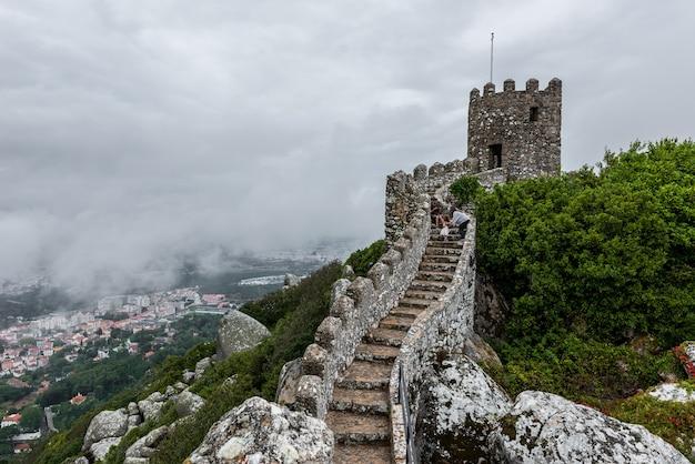 Château Historique Des Maures à Sintra, Portugal Un Jour Brumeux Photo gratuit