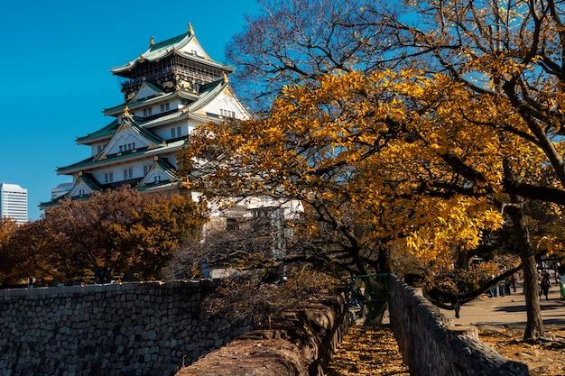Château d'osaka, monument historique en automne Photo Premium
