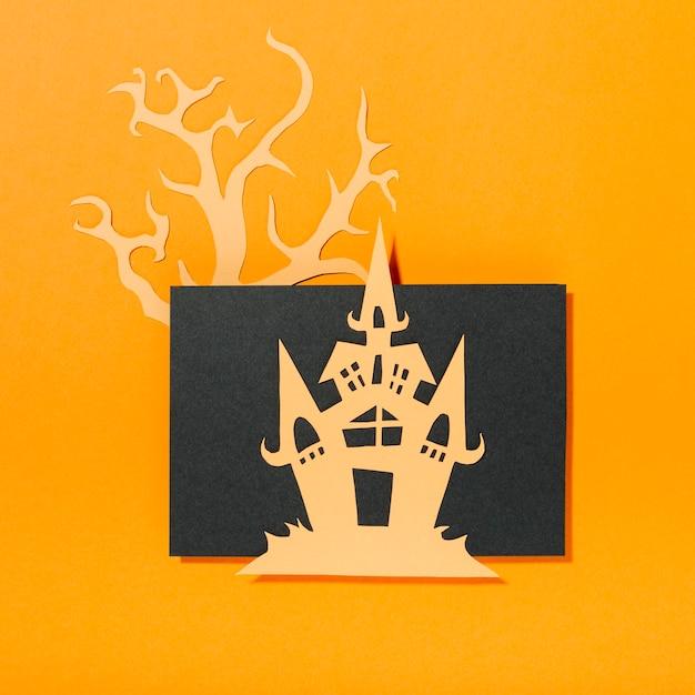 Château posé sur une feuille de papier et un arbre Photo gratuit