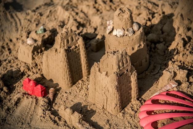 Château de sable sur une plage chaude Photo gratuit