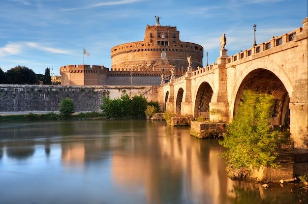 Château Saint Angelo Et Pont Sur Le Tibre à Rome Photo Premium
