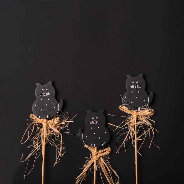 Chats d'halloween sur des bâtons Photo gratuit