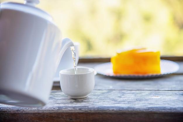 Chaud manger coupe et orange gâteau avec vert nature fond Photo gratuit