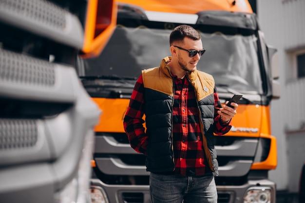 Chauffeur De Camion De Bel Homme Debout Près Du Camion Photo gratuit