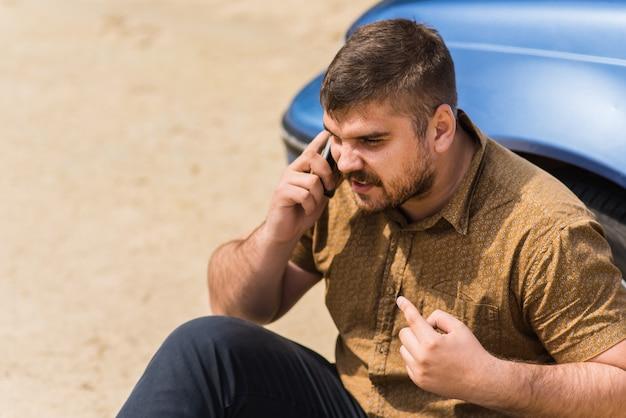 Un Chauffeur Nerveux Appelle Le Centre D'assistance Par Téléphone Photo Premium