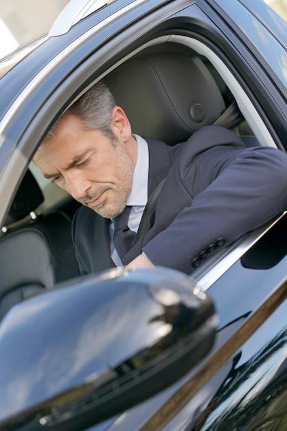Chauffeur privé dans la voiture attendant le client Photo Premium