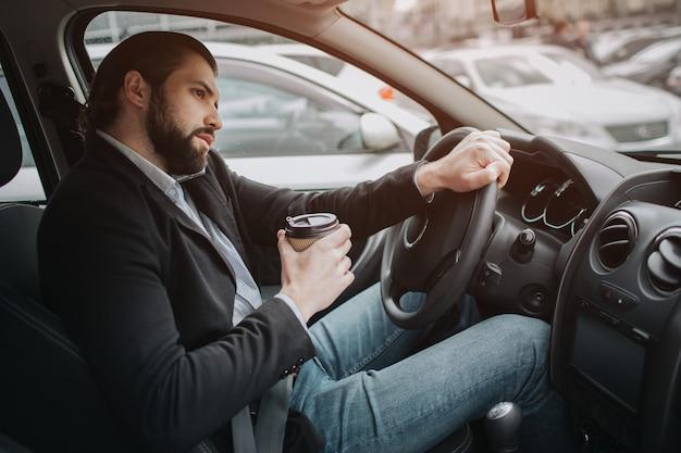 Le Chauffeur Va Sur La Route, Parle Au Téléphone, Travaille Avec Des Documents En Même Temps. Homme D'affaires Faisant Plusieurs Tâches. Homme D'affaires Multitâche. Photo Premium