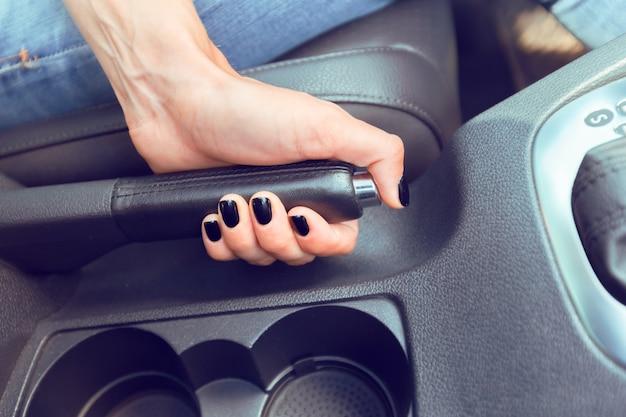 Chauffeuse Conduisant Une Voiture Photo Premium