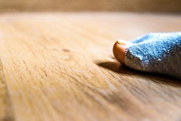 Chaussette cassée avec un trou dans le gros orteil d'un homme, concept de pauvreté durant la crise. Photo Premium