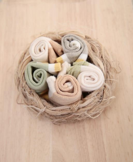 Chaussettes bébé suspendus à la corde à linge sur fond en bois Photo Premium