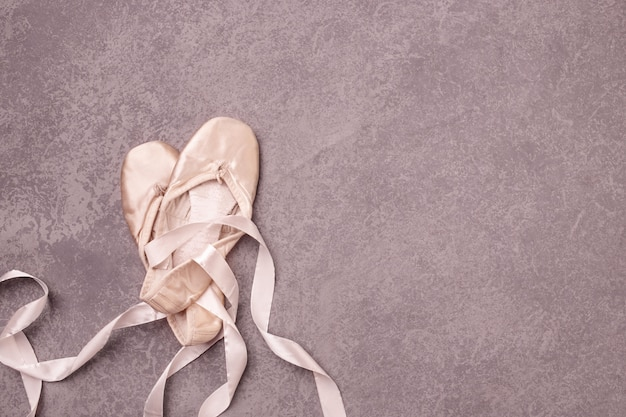 Chaussons De Pointe De Ballet Sur Rose. Photo gratuit