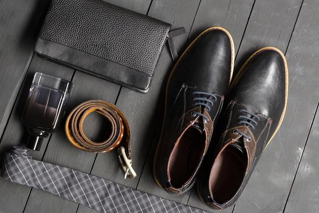 Chaussures et accessoires pour hommes étendus sur le plancher en bois Photo Premium