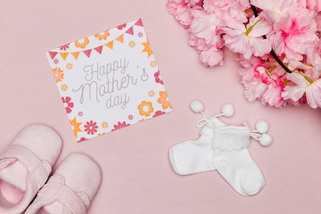 Chaussures Bébé Avec Carte Et Fleurs Pour La Fête Des Mères Photo gratuit