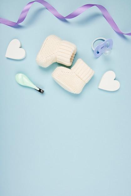 Chaussures Bébé Et Coeurs Se Bouchent Photo gratuit