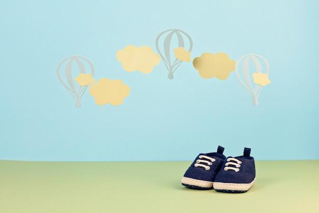 Chaussures De Bébé Mignon Petit Garçon Sur Le Fond Bleu Photo Premium