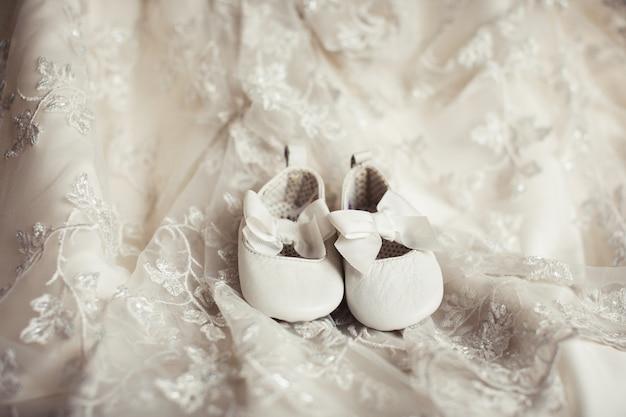 Chaussures Bébé Sur Tissu Dentelle Photo Premium