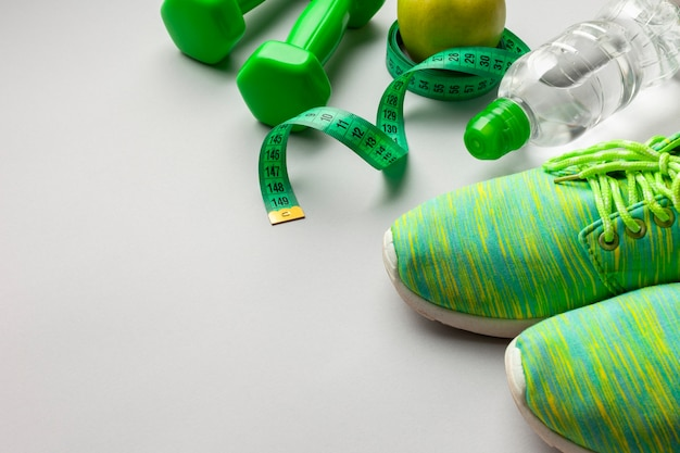 Chaussures de course vertes à angle élevé avec espace de copie Photo gratuit