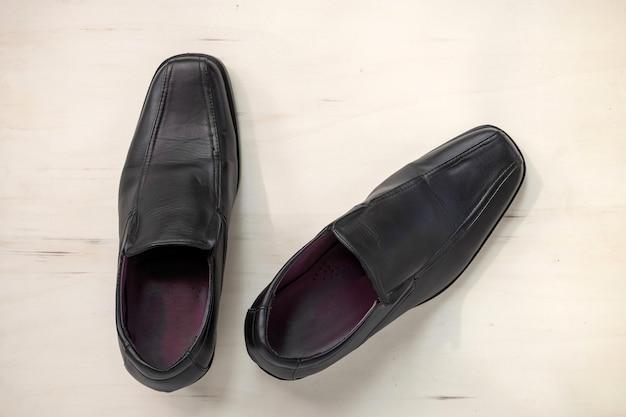 Chaussures en cuir pour hommes sur bois Photo Premium