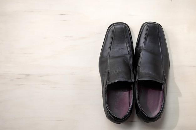Chaussures en cuir pour hommes sur fond de bois Photo Premium