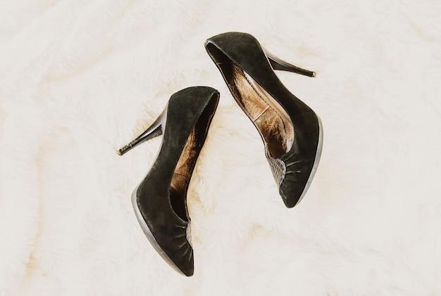 Chaussures enlevées à la maison après le travail. les jambes sont fatiguées. mise au point sélective. Photo Premium
