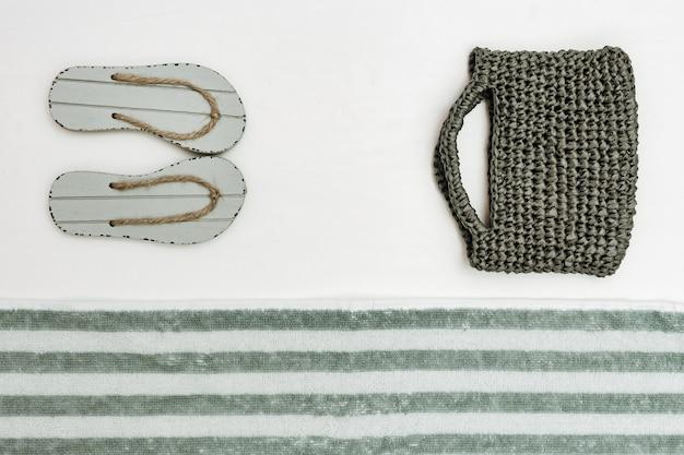 Chaussures d'été, sac pour femme, serviette éponge. plage et été. Photo Premium