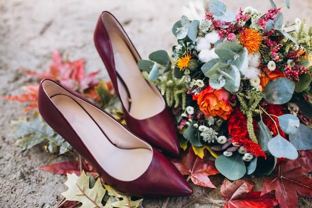 Chaussures femme et bouquet de fleurs Photo gratuit