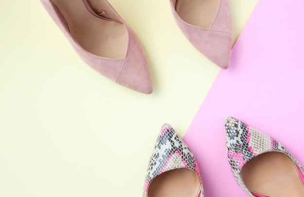 Chaussures femme, rose pâle et imprimé serpent. chaussures à talons hauts pour femmes sur fond beige et rose. Photo Premium