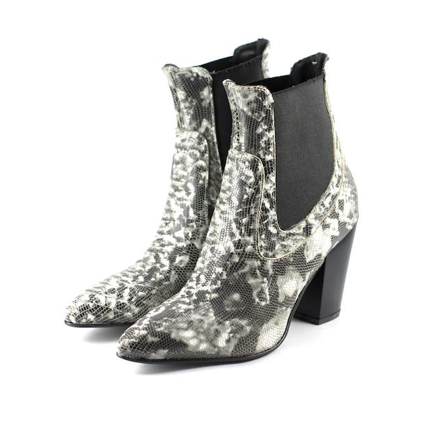 Chaussures Femmes à Talons Hauts En Cuir à Motifs Serpent Isolés Photo gratuit
