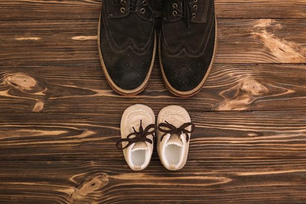 Chaussures homme près bottes enfant Photo gratuit