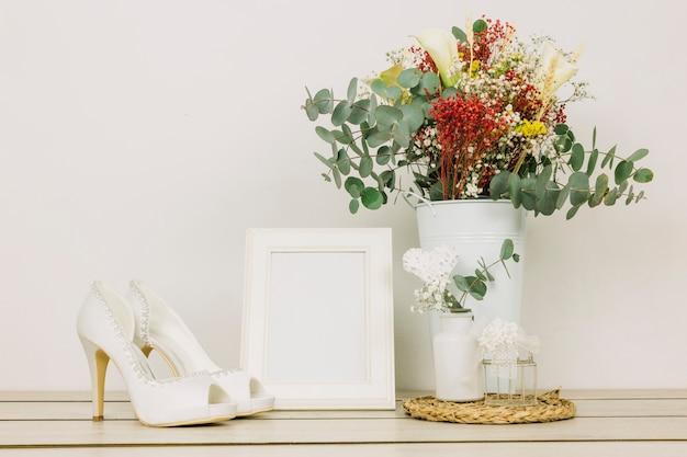 Chaussures de mariage avec des fleurs Photo gratuit