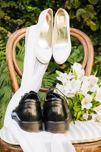 Chaussures De Mariage; Foulard Et Bouquet De Fleurs Sur Une Chaise En Bois Photo gratuit
