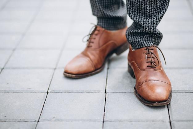 Les chaussures marron mâles se bouchent Photo gratuit