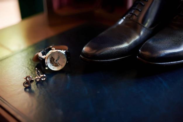 Chaussures, montre et boutons de manchette en cuir pour hommes Photo Premium