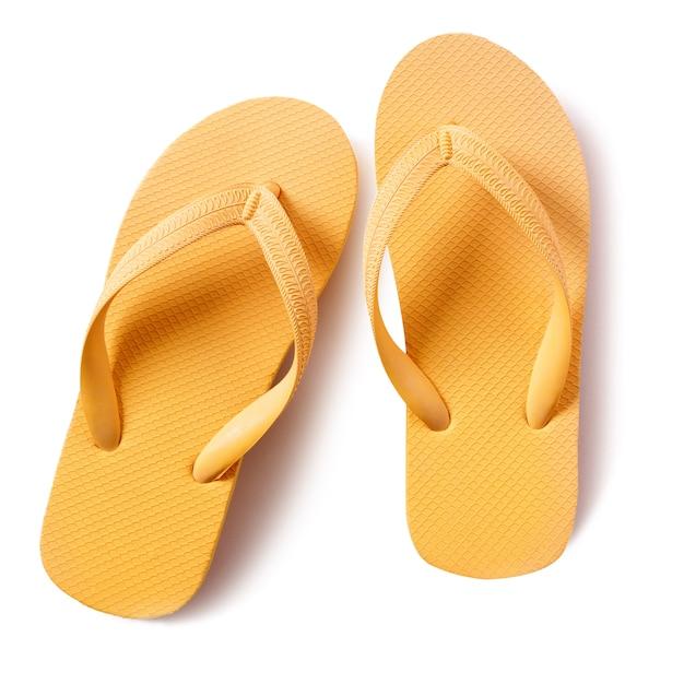 Chaussures de plage flip flop jaune isolé sur fond blanc Photo gratuit