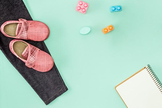 Les Chaussures Pour Enfants Et Le Cahier. Retour Au Concept De L'école. Photo gratuit