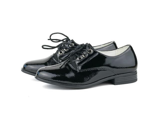 Chaussures Pour Femmes En Cuir à La Mode Avec Lacets Isolés Sur Surface Blanche. Chaussures D'école à La Mode. Photo Premium