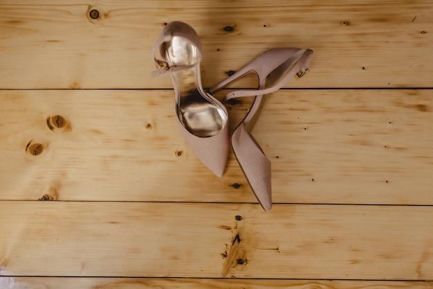 Chaussures pour femmes élégantes pour les fêtes et mariages, vêtements et détails de mariée Photo Premium