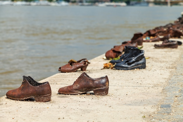Chaussures sur le quai du danube - mémorial de l'holocauste Photo Premium