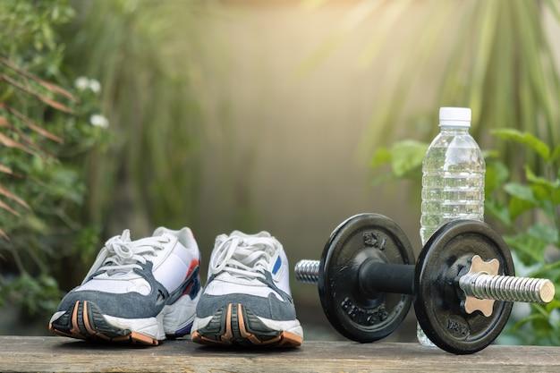 Chaussures de sport sur un arbre flou Photo Premium