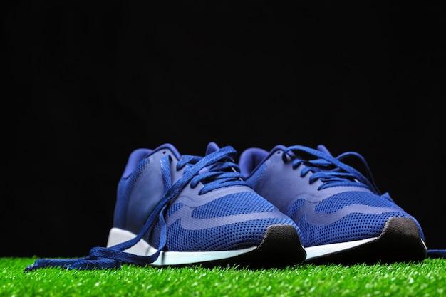 Chaussures de sport sur l'herbe Photo Premium