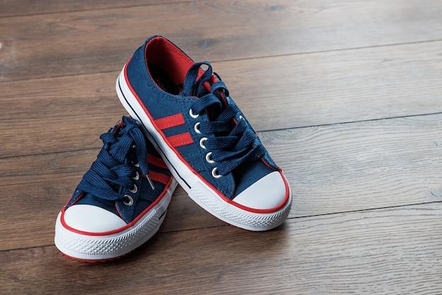Chaussures de sport pour hommes sur un bois sombre Photo Premium