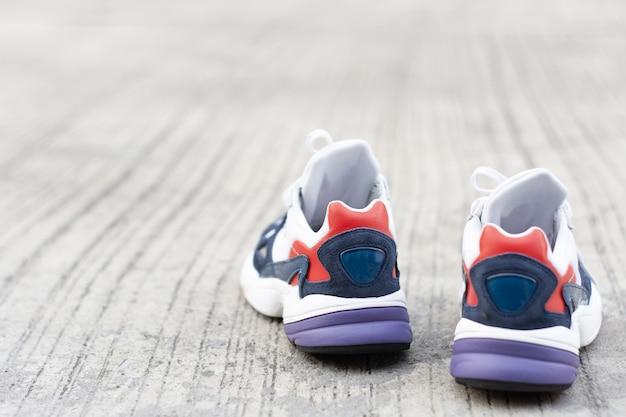 Chaussures de sport sur le sol ou dans la rue metaphhor fitness et concept de séance d'entraînement Photo Premium