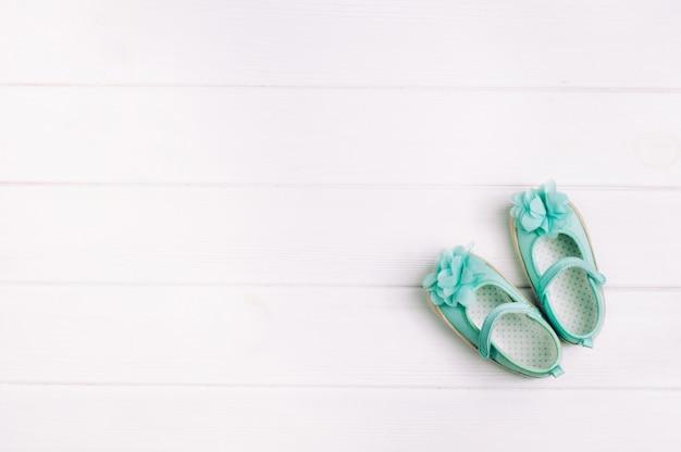 Chaussures Turquoise Pour Bébé Sur Fond En Bois Clair Avec Espace De Copie Photo Premium